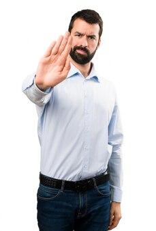 Homem bonito com barba fazendo sinal de stop