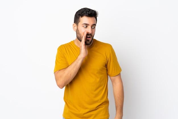 Homem bonito com barba sussurrando