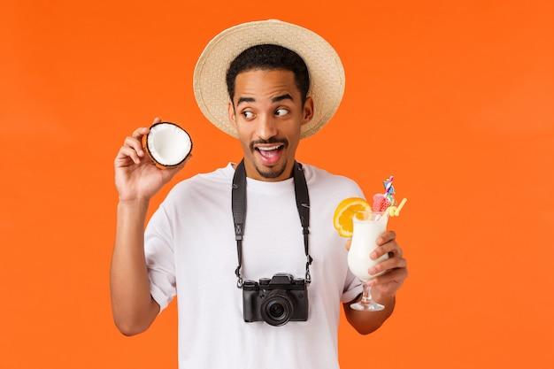 Homem bonito com camiseta branca pronta para viajar