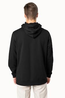 Homem bonito com capuz preto para retrovisor da moda de inverno