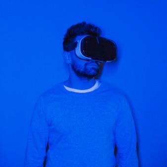 Homem bonito com fone de ouvido de realidade virtual