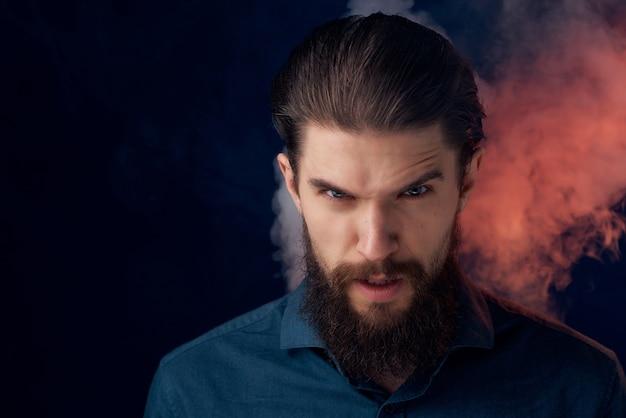 Homem bonito com fundo escuro de decoração de flores de barba
