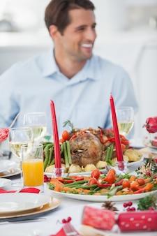 Homem bonito com jantar de natal