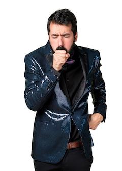 Homem bonito com jaqueta de lantejoulas tossindo muito