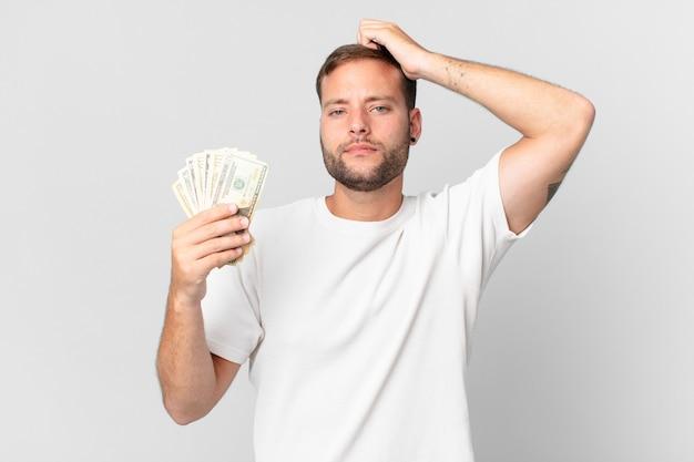 Homem bonito com notas de dólar