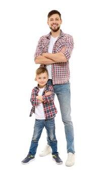 Homem bonito com o filho isolado