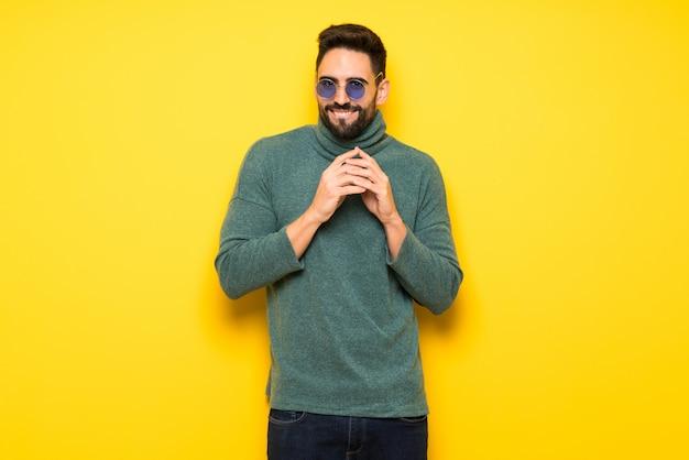 Homem bonito com óculos de sol, planejando algo