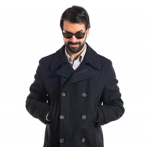 Homem bonito com óculos de sol sobre fundo branco