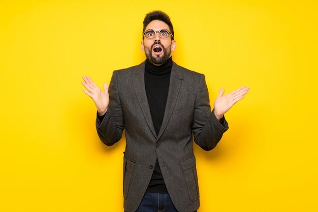 Homem bonito com óculos frustrado por uma situação ruim