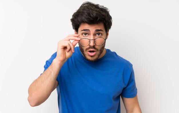 Homem bonito com óculos