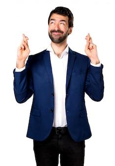 Homem bonito com os dedos cruzados