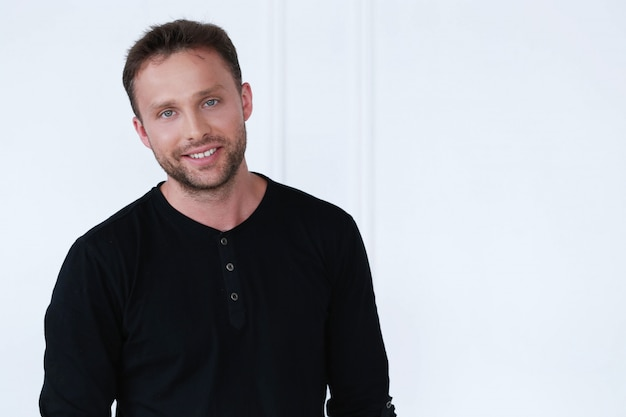 Homem bonito com posando de camiseta preta