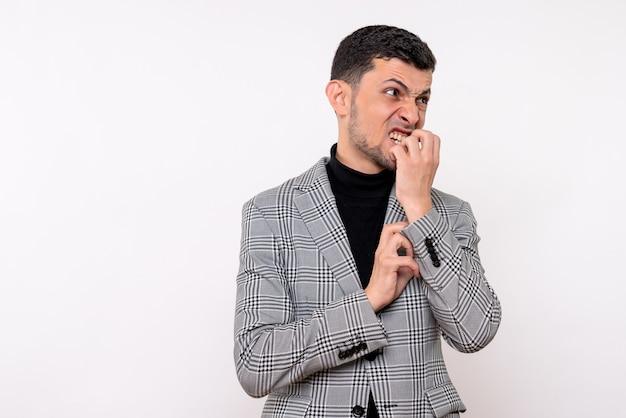 Homem bonito com raiva de vista frontal em um terno de pé sobre um fundo branco