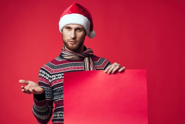 Homem bonito com roupas de ano novo, publicidade cópia espaço isolado fundo