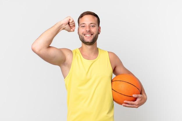 Homem bonito com uma bola de basquete