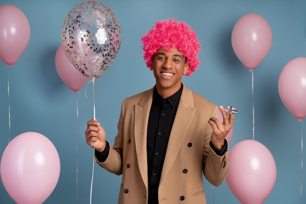 Homem bonito comemorando em uma festa de aniversário