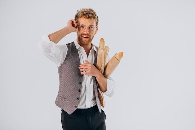 Homem bonito comendo baguetes francesas