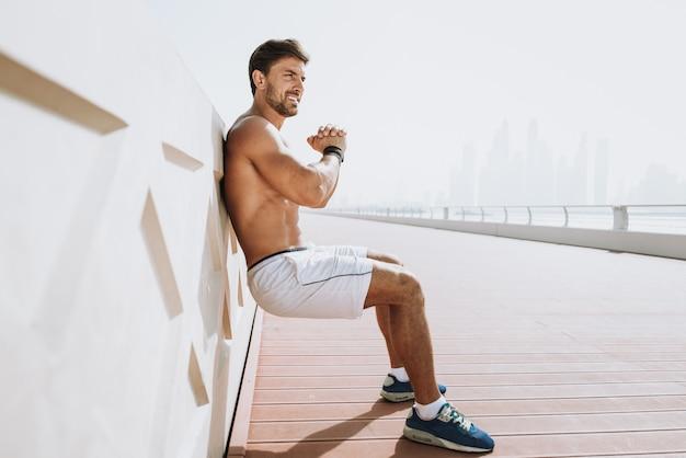 Homem bonito dando certo e exercícios diferentes ao ar livre