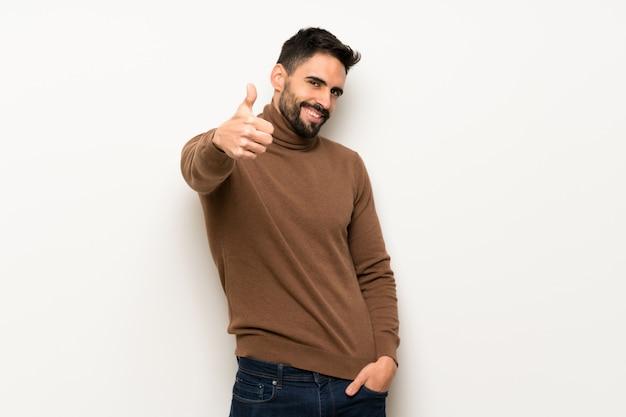 Homem bonito dando um polegar para cima gesto porque algo de bom aconteceu