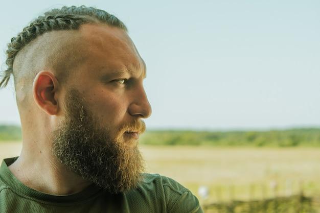 Homem bonito de barba comprida