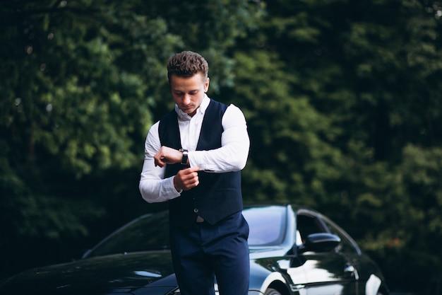 Homem bonito de carro