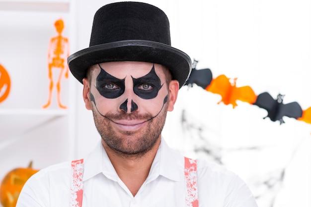 Homem bonito de close-up com maquiagem de halloween
