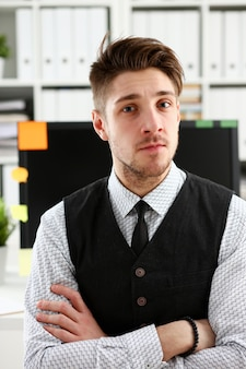 Homem bonito de terno e gravata fica no escritório
