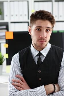 Homem bonito de terno e gravata ficar no escritório
