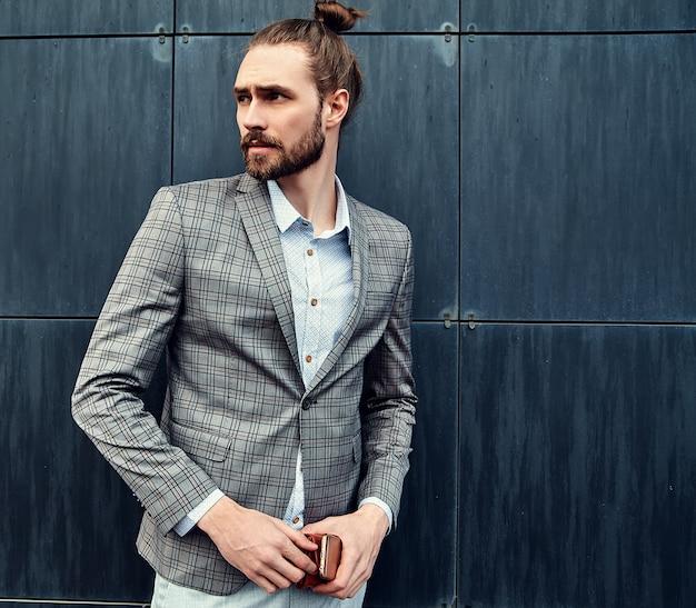 Homem bonito de terno xadrez cinza