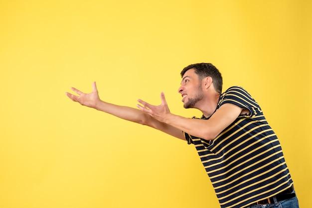 Homem bonito de vista frontal em uma camiseta listrada de preto e branco amarelo isolado de fundo