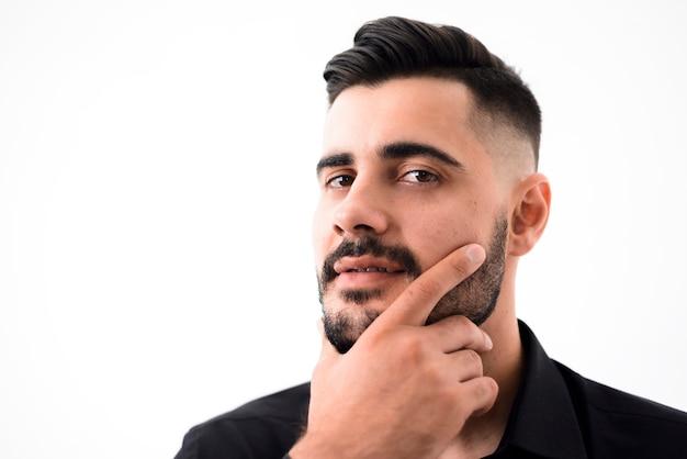 Homem bonito depois de ir à barbearia