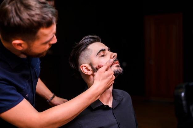 Homem bonito depois de receber uma barba em bom estado