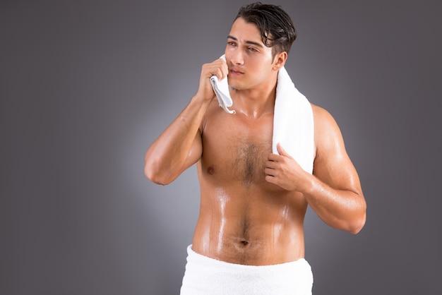 Homem bonito depois do banho de manhã