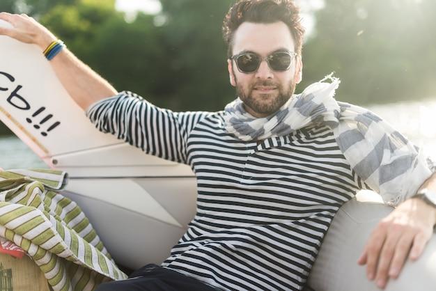 Homem bonito descansando em um iate