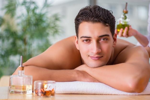 Homem bonito durante o spa massageando a sessão