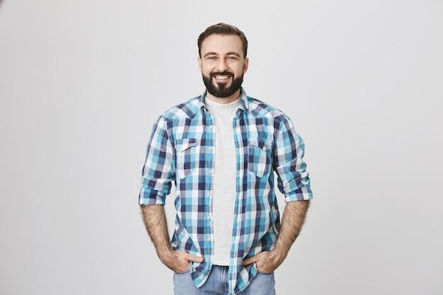 Homem bonito e barbudo de meia-idade com roupas casuais