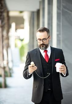 Homem bonito e barbudo, morena com camisa preta
