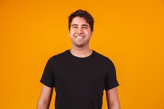 Homem bonito e charmoso sorrindo