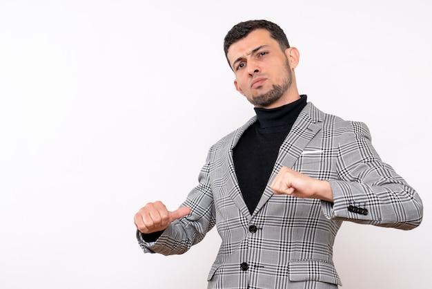 Homem bonito e confiante de frente em um terno apontando para si mesmo em pé sobre um fundo branco