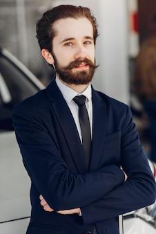 Homem bonito e elegante em um salão de beleza do carro