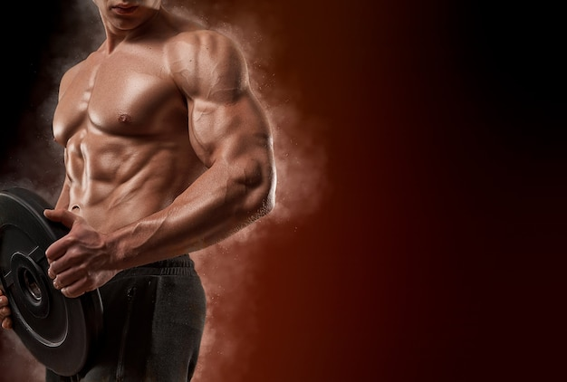 Homem bonito e em forma fisiculturista fisiculturista físico e atleta fitness masculino e motivação esportiva recreação esportiva individual