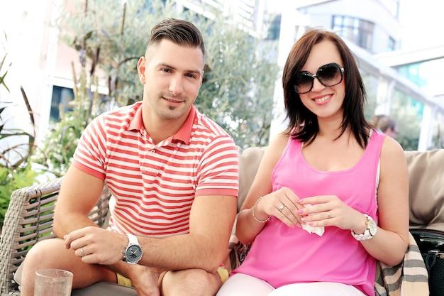 Homem bonito e linda garota feliz juntos
