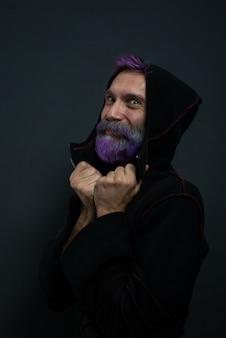 Homem bonito e misterioso com barba no capô