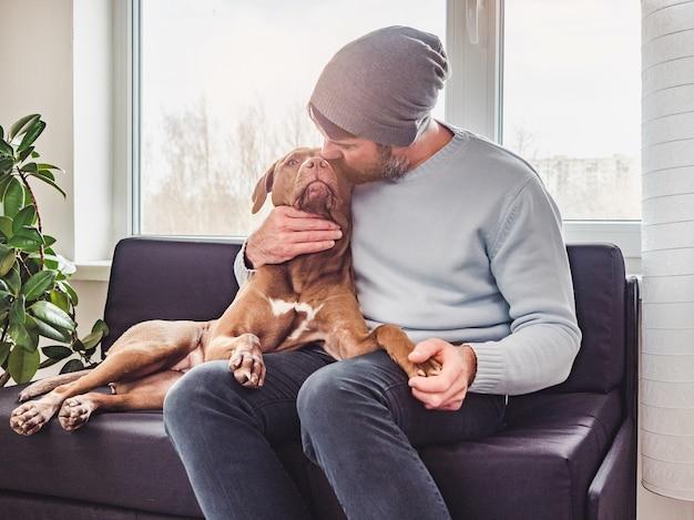 Homem bonito e um cachorrinho encantador.
