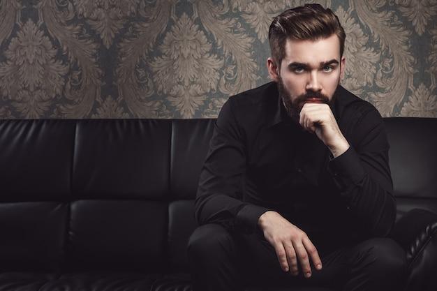 Homem bonito elegante com barba