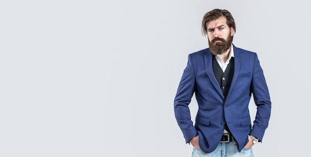 Homem bonito elegante de terno. homem de terno. barba e bigode masculinos. homem sexy, macho brutal, hipster. bonito empresário barbudo em ternos clássicos. entregue com relógio de pulso em um terno de negócio.