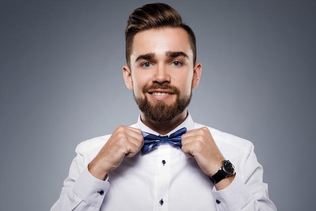 Homem bonito elegante, vestindo um terno clássico com gravata borboleta