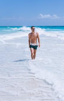 Homem bonito em férias pelo oceano
