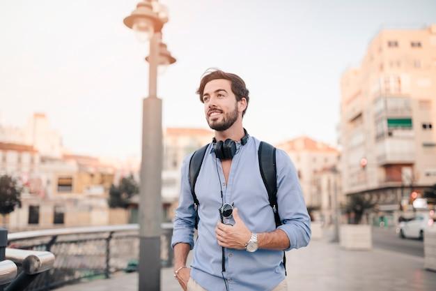 Homem bonito em frente a construção da cidade