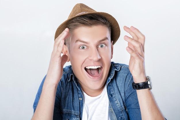 Homem bonito em jeans e chapéu